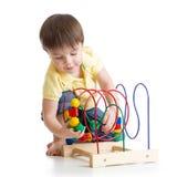 使用与五颜六色的玩具的儿童男孩 免版税库存图片