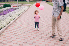 使用与五颜六色的玩具的愉快的小女孩迅速增加户外 库存图片