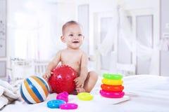 使用与五颜六色的玩具的婴孩 免版税库存照片