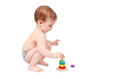 使用与五颜六色的金字塔的小男孩 库存图片