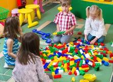 使用与五颜六色的建设者的小组孩子 免版税库存照片