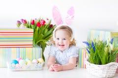 使用与五颜六色的f的兔宝宝耳朵的小孩女孩 免版税库存图片