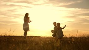 使用与他们的太阳的光芒的女儿的家庭 婴孩从爸爸去妈妈和笑 t 妈妈和爸爸 股票视频
