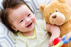 使用与他的玩具的男婴 免版税库存图片