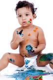 使用与他的绘画的一个美丽的孩子 免版税库存图片