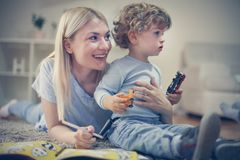 使用与儿子的妈妈在他们的客厅 免版税库存图片