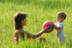 使用与儿子的母亲 免版税库存照片
