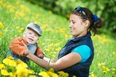 使用与儿童男孩的母亲 免版税库存图片