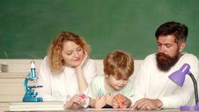 使用与创造性的集合的快乐的家庭 鼓励他们的小儿子的父母在第一天学校前 股票录像