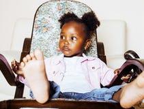 使用与动物玩具的小逗人喜爱的非裔美国人的女孩在ho 免版税库存图片