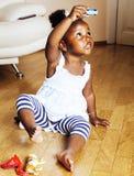 使用与动物玩具的小逗人喜爱的非裔美国人的女孩在ho 库存照片