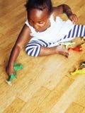 使用与动物玩具的小逗人喜爱的非裔美国人的女孩在ho 库存图片
