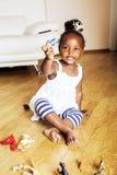 使用与动物玩具的小逗人喜爱的非裔美国人的女孩在ho 免版税库存照片