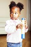 使用与动物玩具的小逗人喜爱的非裔美国人的女孩在ho 图库摄影
