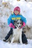 使用与博德牧羊犬的女孩 免版税库存照片