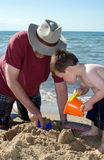 使用与印第安纳海滩的祖父的孩子 库存照片