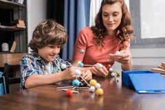 使用与原子模型的家庭 免版税库存图片