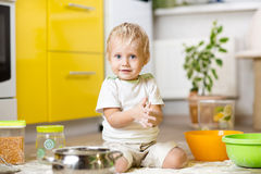 使用与厨具和粮食的小男孩 免版税图库摄影