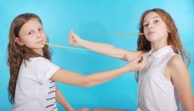 使用与口香糖的两个女孩 免版税库存照片