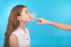 使用与口香糖的两个女孩 免版税库存图片