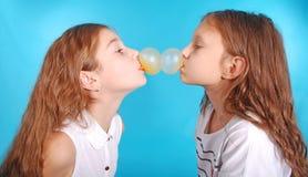 使用与口香糖的两个女孩 库存图片