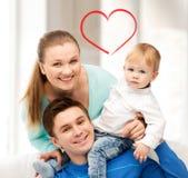 使用与可爱的婴孩的愉快的父母 库存照片