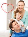 使用与可爱的婴孩的愉快的父母 免版税库存图片