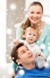 使用与可爱的婴孩的愉快的父母 免版税库存照片