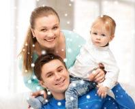 使用与可爱的婴孩的愉快的父母 免版税图库摄影