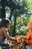 使用与叶子的孩子 免版税库存照片