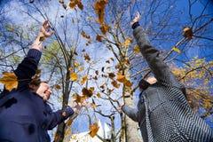 使用与叶子的愉快的夫妇 库存照片