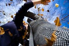使用与叶子的愉快的夫妇 免版税库存照片