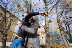 使用与叶子的愉快的夫妇 图库摄影