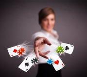 使用与啤牌卡片和芯片的少妇 免版税库存图片