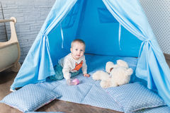 使用与圆锥形帐蓬帐篷的孩子 免版税库存照片