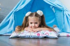 使用与圆锥形帐蓬帐篷的孩子 免版税图库摄影