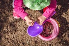 使用与土的孩子 免版税库存图片