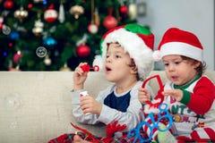 使用与圣诞树的愉快的男孩在背景中 图库摄影
