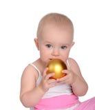 使用与圣诞节球的可爱的婴孩纵向 图库摄影