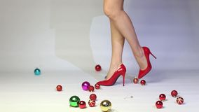 使用与圣诞节球的红色高跟鞋的妇女 股票视频