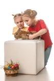 使用与在一个空白背景的复活节兔子的二个小女孩 库存照片