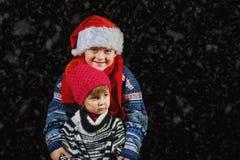 使用与在冬天步行的雪花的愉快的孩子 库存照片
