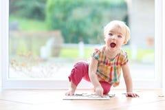 使用与在地板上的难题的学龄前儿童女孩 库存图片