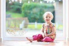 使用与在地板上的难题的学龄前儿童女孩 库存照片
