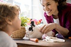 使用与在复活节的兔宝宝的逗人喜爱的家庭 免版税库存图片
