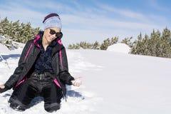 使用与在山的雪的美丽的深色的妇女,享用冬天雪 免版税图库摄影