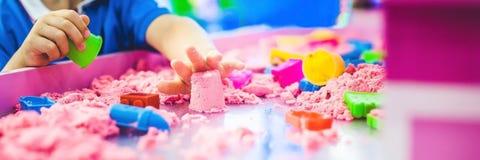 使用与在幼儿园的运动沙子的横幅男孩 美好的马达概念的发展 创造性比赛概念 长的格式 免版税库存图片