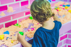 使用与在幼儿园的运动沙子的男孩 美好的马达概念的发展 创造性比赛概念 免版税图库摄影