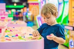 使用与在幼儿园的运动沙子的男孩 美好的马达概念的发展 创造性比赛概念 库存照片
