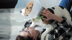 使用与在床上的一条狗的妇女 影视素材